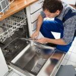 Mand der ordner opvaskemaskine