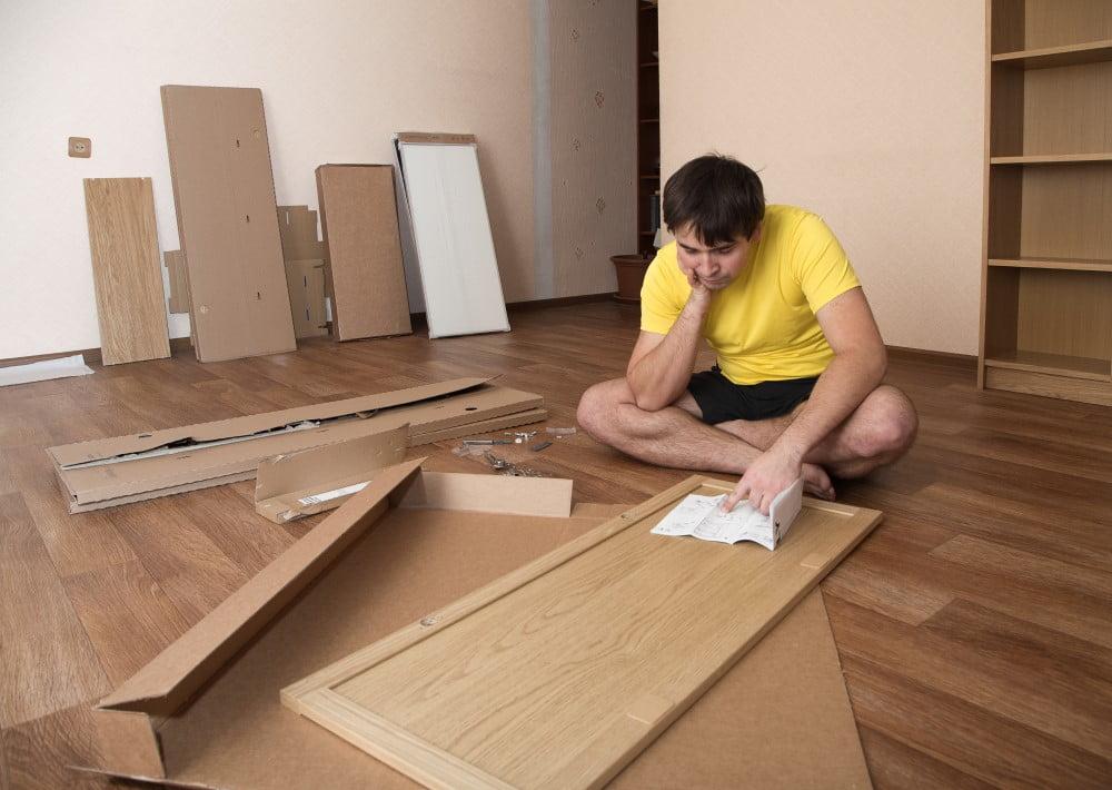 Montering af flatpack møbler kan være som at prøve at løse et kompliceret puslespil